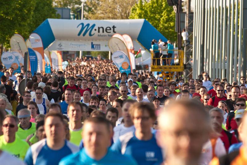 Gewinnspiel: Sichern Sie sich einen exklusiven Teamstand beim M-net Firmenlauf Augsburg