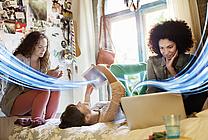 Mädchen mir Laptop, Tablet und Smartphone (jpeg, 72 dpi, 800 KB)