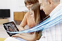 Großeltern und Enkelin mit Tablet (jpeg, 72 dpi, 800 KB)
