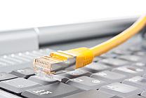 Rechner mit Netzwerkkabel II (jpeg, 300 dpi, 1,5 MB)